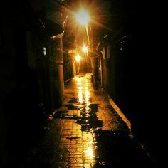 .@ji_chuchu | 비가오네 젖은 골목위에 혼자서서 노래 부르네 #골목길 #가로등#비#골목#밤 | Webstagram
