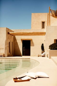 Zara Home s'inspire de la Grèce pour sa collection High Summer 2019 – PLANETE DECO a homes world – The Best Arabic sweets and desserts recipes,tips and images Design Exterior, Interior And Exterior, Exterior Paint, Future House, My House, Living Pool, Summer Deco, Desert Homes, Beautiful Villas