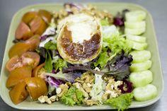 Ensalada de queso de cabra, nueces, tomate, lechuga y pepino.  Platos vegetarianos de la Espadaña. www.restauranteespadana.es