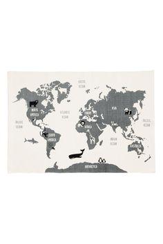 Vloerkleed met wereldkaart: Een rechthoekig vloerkleed van katoen met een geprinte wereldkaart op de bovenkant en een antisliplaag aan de onderkant.