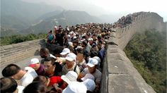 ... visite la Gran Muralla China... Visitantes se agolpan en la Gran Muralla China.