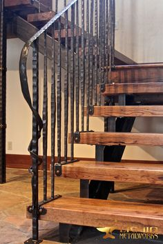 Log Home Decorating advice ref 2937934281 for that superb vibe. Wrought Iron Stair Railing, Stair Railing Design, Stair Treads, Railings, Cottage Stairs, House Stairs, Modern Tiny House, Modern House Design, Rustic Staircase