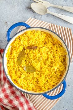 This easy pilau rice is ready in less than 30 minutes with about 2 minutes hands-on time. It is fakeaway at its finest. You can make a double batch of this Indian dish and freeze for next time. Chicken Jalfrezi Recipe, Biryani Recipe, Rice Recipes, Indian Food Recipes, Kerala Recipes, Curry Recipes, Curry Dishes, Rice Dishes, Kitchens