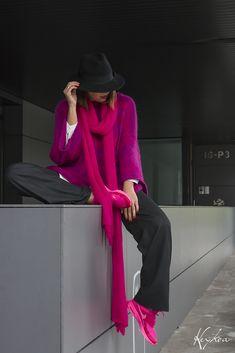 Suéter con capucha en fucsias difuminados.