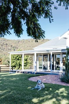 With the help of their good friend and interior stylist Megan Morton, a young couple have restored their charming country home located on a vineyard in Mudgee NSW, injecting plenty quirky and colourful touches along the way. Idaho Falls, Logan House, Country Style Homes, Farmhouse Style, Country House Design, Modern Farmhouse, Interior Stylist, House Goals, The Ranch