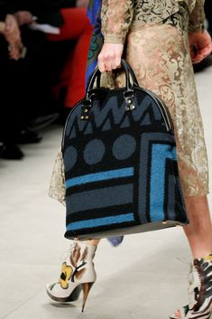 Burberry Prorsum Fall 2014 Ready-to-Wear Collection - Vogue Burberry Prorsum Fall 2014 Ready-to-Wear Collection - Vogue Burberry Purse, Burberry Handbags, Chanel Handbags, Fashion Handbags, Burberry Prorsum, Burberry Fall 2014, Burberry Women, Vogue Paris, My Bags