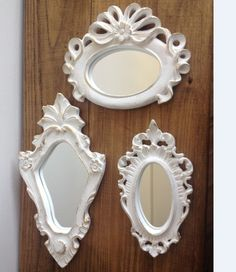 """Peças em Gesso, pintadas à mão, com pintura especial efeito """"Provençal"""" (branco com bordas douradas). Possui espelho nas três molduras.  Ideal para para presentear ou enfeitar quarto de meninas, salas, home office e aquele cantinho especial para você. R$ 60,00"""