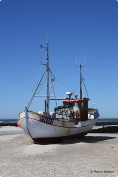 Løkken strand, where the boats are pulled up on the beach after fishing. Kayak Boats, Tug Boats, Motor Boats, Fishing Boats, Sailing Dinghy, Sailing Ships, Best Fishing, Fly Fishing, Fishing Tips