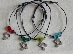 BRACCIALETTO in corda cerata con crome e cubi di vetro colorato / musical notes
