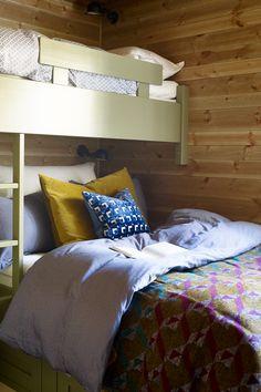 Køyesenger er en god løsning for å skape flere sengeplasser på hytter. Ønsker du å få mer farge inn på rommet kan et tips være å kombinere en beisfarge på vegen og velge en heldekkende farge på omrisset av sengen. Veggen her er beiset i fargen Skumring, en lys beige farge med litt grått i seg fra Scanox. #hytte#hytteseng#køyeseng#spesialsnekret#grønn#puter#dyner#ideer#inspirasjon#soverom#koselig#ideer#innredning#inspirastion#cabin#maling#farger#Fargerike Furniture, Home Decor, Decoration Home, Room Decor, Home Furnishings, Home Interior Design, Home Decoration, Interior Design, Arredamento