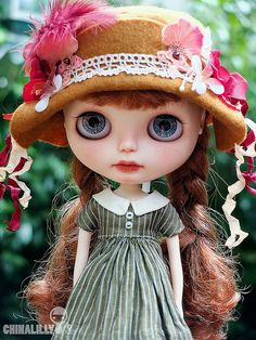 I love the Vintage Paris look this Blythe has! Also, her lips are so detailed and her Eyes are speckled with pretty highlights!