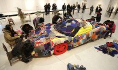 Женщины создают арт-объект в виде спортивного автомобиля. Пекин, Китай. Фото: Reuters