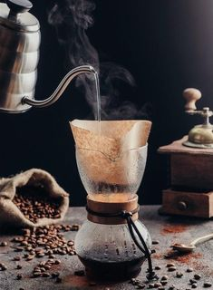 Fresh roasted and ground coffee beans makes the best coffee Nyc Coffee Shop, Coffee Cafe, Coffee Drinks, Coffee Brewers, Chemex Coffee, Coffee Shot, Mini Desserts, Café Croissant, Healthy Desayunos