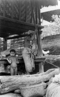 Potret wanita menumbuk padi di Bali, sekitar 1930