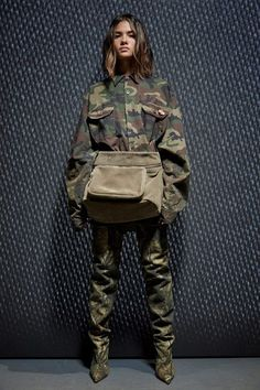Kanye West YEEZY SEASON FIVE boots and clothes presented during New York Fashion Week. Yeezy boots in different colours and Yeezy clothings New York Fashion, Fashion Week, Fashion Show, Fashion Trends, Fashion 2017, Yeezy Fashion, Camo Fashion, Military Fashion, Kanye West