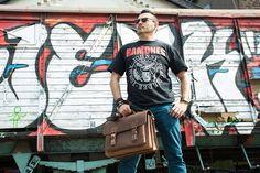 Urban Bozz mannentas: JAMES. Compacte maar ruime boekentas van Ruitertassen met een eigenwijze uitstraling. Uitgevoerd in onverwoestbaar diep donkerbruin leer.