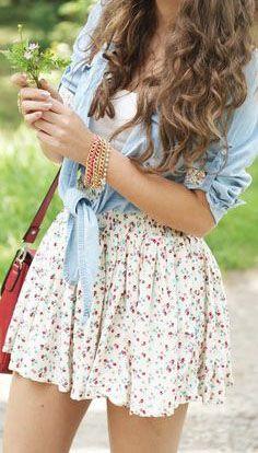 saia estampada(ou vestido) com camiseta jeans por cima amarrada e bolsa bem colorida