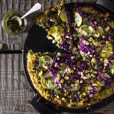 Pizza ohne Hefeteig? Das geht. Ein würziger Boden aus Blumenkohl eignet sich als Grundlage genauso gut. Darauf etwas Pesto und frisches Gemüse verteilen - und fertig ist eine gesunde Gemüsepizza, die dem italienischen Original in nichts nachsteht.