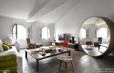 Le salon s'est modernisé avec des formes contemporaines et quelques touches de couleur, çà et là.