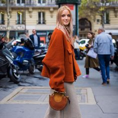 The latest news on Outerwear is on POPSUGAR Fashion. On POPSUGAR Fashion you will find news on fashion, style and Outerwear. Star Fashion, Fashion Photo, Paris Fashion, Street Style 2018, Spring Street Style, Cinema Outfit, Versace, Balenciaga Boots, New Wave