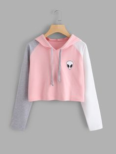 ROMWE offers Alien Print Contrast Sleeve Hoodie & more to fit your fashionable needs. Teen Fashion Outfits, Outfits For Teens, Trendy Outfits, Girls Crop Tops, Cute Crop Tops, Cute Comfy Outfits, Cool Outfits, Mode Kawaii, Crop Top Hoodie