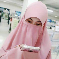 Karang berdiri teguh dengan kemegahannya Langit membiru dengan keluasannya Angin berarakan dengan warnanya Lukisan biru terindah yang… Muslim Couples, Muslim Women, Fashion Wear, Hijab Fashion, Hijab Gown, Face Veil, Islamic Clothing, Beautiful Hijab, Niqab
