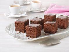 Det er få ting som kan måle seg med en saftig sjokoladekake. I denne sjokoladekakeoppskriften er det kombinasjonen av natron og syrnet melk, som Kefir eller Kulturmjølk, som er selve hemmeligheten for å få et godt resultat. Dette er en stor sjokoladekake, som er perfekt å lage til barnebursdager eller ha med på neste dugnad.