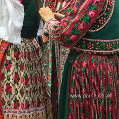 Oh that green and pink-red combination! love that forest green color so much. Dancing girls from The Kalotaszeg Mori Girl Fashion, Folk Fashion, Ethnic Fashion, Vintage Fashion, Historical Costume, Historical Clothing, Dancing Girls, Costumes Around The World, Iranian Women