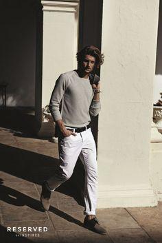 Calça branca com camiseta cinza.
