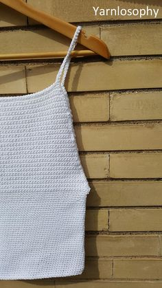 Crochet pattern Perfect for summer, this tank top is simple and versatile. Extremely easy to make, it uses only one stitch and many photos in the pattern helps the beginner in the making process. The white top in the photo was made with less than 200 grams of fine cotton worked with a 3
