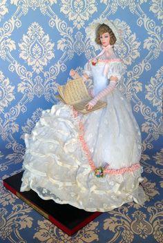 Douchesse Helen  (Siglo XIX).  La bambola è in vinile ed è seduta su uno sgabello in stile Luigi XV, è alta cm 32 da seduta
