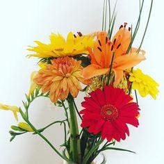 Arranjo floral para colorir o dia  #oitominhocas #decoração #ideiasparacasamento #arranjofloral #floweroftheday #color #flores
