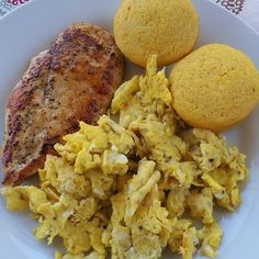 Brunch is served! Braised chicken breast scrambled eggs seasoned with yellow curry and red chili flakes along side my Double Servings version of cornbread muffins. The muffins have no oil or FLOUR! Who is ready to eat? #brunch #sundayfunday #weightlossjourney #weightwatchers #foodie #foodporn #100lbsgone #ebonyfitness #thickfit #blackwomenlosingweight #vsg #wls #lowcarb #glutenfree #slimmingworld #cleaneating #cheatclean #healthyrecipes #doubleservings #slimmingworld by doubleservings