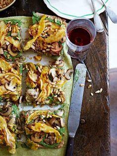 Pizza vegetariana con espinaca, láminas de batata, palta, piñones, chamiñones y semillas de girasol. Las 9 mejores recetas veggies de Jamie Oliver - El Gran Chef