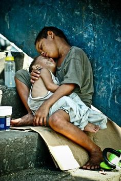 picture of street children in the philippines - : Yahoo Image Search Results We Are The World, People Of The World, Precious Children, Beautiful Children, Follow Insta, Kinder In Not, World Poverty, Family Love, Photojournalism