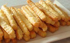 Jednoduchý recept na sýrové tyčinky | 250 g hladké mouky 200 gmásla 200 g strouhaný sýr 1 KL sůl 0,5 KL sody 50 ml mléka Na potření 1 vejce 25 g strouhaný sýr sůl  Mouku se solí přidáme do másla a promícháme. Přidáme sýr a mléko s jedlou sodou. Zpracujeme na hladké těsto. Vyválíme těsto na tloušťku 4-5mm. Nakrájíme na tenké tyčinky. Potřeme rozšlehaným vejcem a posypeme sýrem a solí. Pečeme 12-15 minut  200°