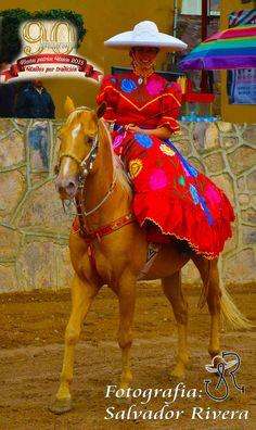 La mujer de a caballo presente en el 90 Aniversario de la Uniòn de San Antonio, Jal.