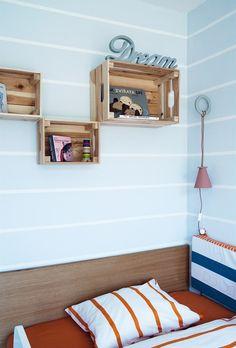 Jedinými typovými kousky nábytku jsou v pokoji dřevěné bedýnky, které visí jako poličky na stěně. Kids Rugs, Ideas, Home Decor, Homemade Home Decor, Kid Friendly Rugs, Interior Design, Home Interiors, Thoughts, Decoration Home