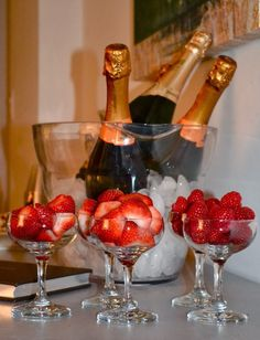 Oscar Party Strawberries and champagne! Romantic Dinner Setting, Romantic Dinners, Romantic Picnics, Romantic Ideas, Romantic Quotes, Oscar Party, Romantic Room Surprise, Romantic Bath, Romantic Evening