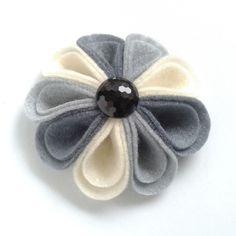 Flor de fieltro Harlequin Ramillete en tonos de gris y crema