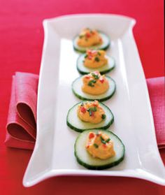 Roasted red pepper hummus is spooned onto freshly sliced seedless cucumber and topped with snipped chives for a fuss-free crunchy treat thats also elegant-looking. Healthy Appetizers, Appetizer Recipes, Healthy Snacks, Healthy Eating, Healthy Recipes, Tea Snacks, Appetizer Party, Elegant Appetizers, Appetizer Ideas