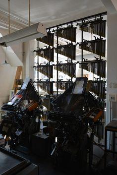 """Was aussieht wie Orgelpfeifen sind Matrizen für die Zeilensetz- und -gießmaschine Typograph. In unserer Dauerausstellung sind zwei Maschinen vom """"Modell UB"""" zu sehen, eine von 1924 (rechts) und eine von 1959 (links). /// Foto: Museum für Druckkunst"""