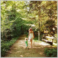 Und plötzlich war er weg der Sommer. Ich hab ja damit gerechnet dass der Sommer schneller vergehen wird als uns lieb ist. Doch so schnell wie der September verflogen ist war das beim Sommer noch im ruhigen Tempo.   Wie dem auch sei jetzt haben wir schon Oktober und ich denke immer noch gerne an diesen wunderbaren Sommer zurück. Viele (wenn auch nicht ganz so viele wie erhofft) schöne Ausflüge haben wir unternommen. So wie hier ins Pesenbachtal.   Eine gemütliche kleine Wanderung war das mit… The Walking Dad, Dads, Instagram, Hello October, Mommy And Son, Road Trip Destinations, Things To Do, Guys, Fathers