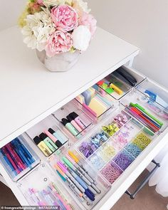Woman reveals how she locks a closet into a stationery .- Frau enthüllt, wie sie einen Schrank in eine Schreibwarenecke verwandelt hat – Wohnaccessoires Woman reveals how she turned a closet into a stationery corner -