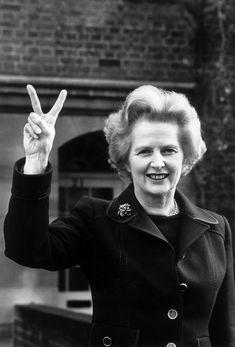 MARGARET THATCHER (1925 -2013) fue una política británica que ejerció como 1er ministra del Reino Unido desde 1979 a 1990, siendo la persona en ese cargo por mayor tiempo durante el siglo XX y la única mujer que ha ocupado este puesto en su país. Su firmeza para dirigir los asuntos de Estado, su estricto dominio sobre los ministros de su gabinete y su fuerte política monetarista le valieron el sobrenombre de «La Dama de Hierro».
