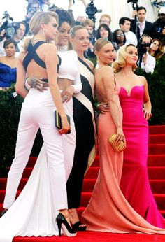 Cara Delevingne, Rihanna, Stella McCartney, Kate Bosworth et Reese Witherspoon en Stella McCartney http://www.vogue.fr/sorties/on-y-etait/diaporama/le-gala-du-met-costume-institute-2014/18624/image/998016#!cara-delevingne-rihanna-stella-mccartney-kate-bosworth-et-reese-witherspoon-en-stella-mccartney
