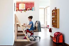 """Gesund sitzen, besser lernen. Der Schreibtisch als ergonomischer Verwandlungskünstler. Höhenverstellbare Scheibtische unterstützen den Bewegungsdrang des Nachwuchses und """"wachsen"""" von der Grundschule bis zur Ausbildung mit ihm mit. Foto: djd/Habermaaß"""
