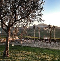 La Rosa Canina #weddingdecor #flowersdecor #weddingintuscany #chuppa #sunset #pienza