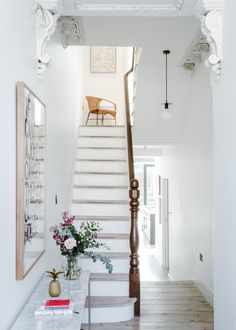 The characteristic townhouse in East London by Melissa Hemsley and her art curator friend - Dekoration Ideen 2019 Victorian Terrace Hallway, Victorian Stairs, Victorian Terrace Interior, Victorian Townhouse, London Townhouse, Victorian Decor, Modern Townhouse Interior, Hallway Ideas Entrance Narrow, Modern Hallway