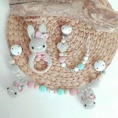 Wieder hat mich ein Set in dieser ❤zuckersüßen❤ Farbkombi verlassen! Diesmal mit Herz statt Stern an der Schnullerkette. . Ich glaube, meine Fotos werden langsam langweilig. Ich muss mich mal nach einem neuen Hintergrund umschauen... . #häkeln #baby #baby2017 #babygirl #babymädchen #handarbeit #handmade #mitliebegemacht #rassel #schnullerkette #wagenkette #kinderwagenkette #kinderwagen #tina_empunkt